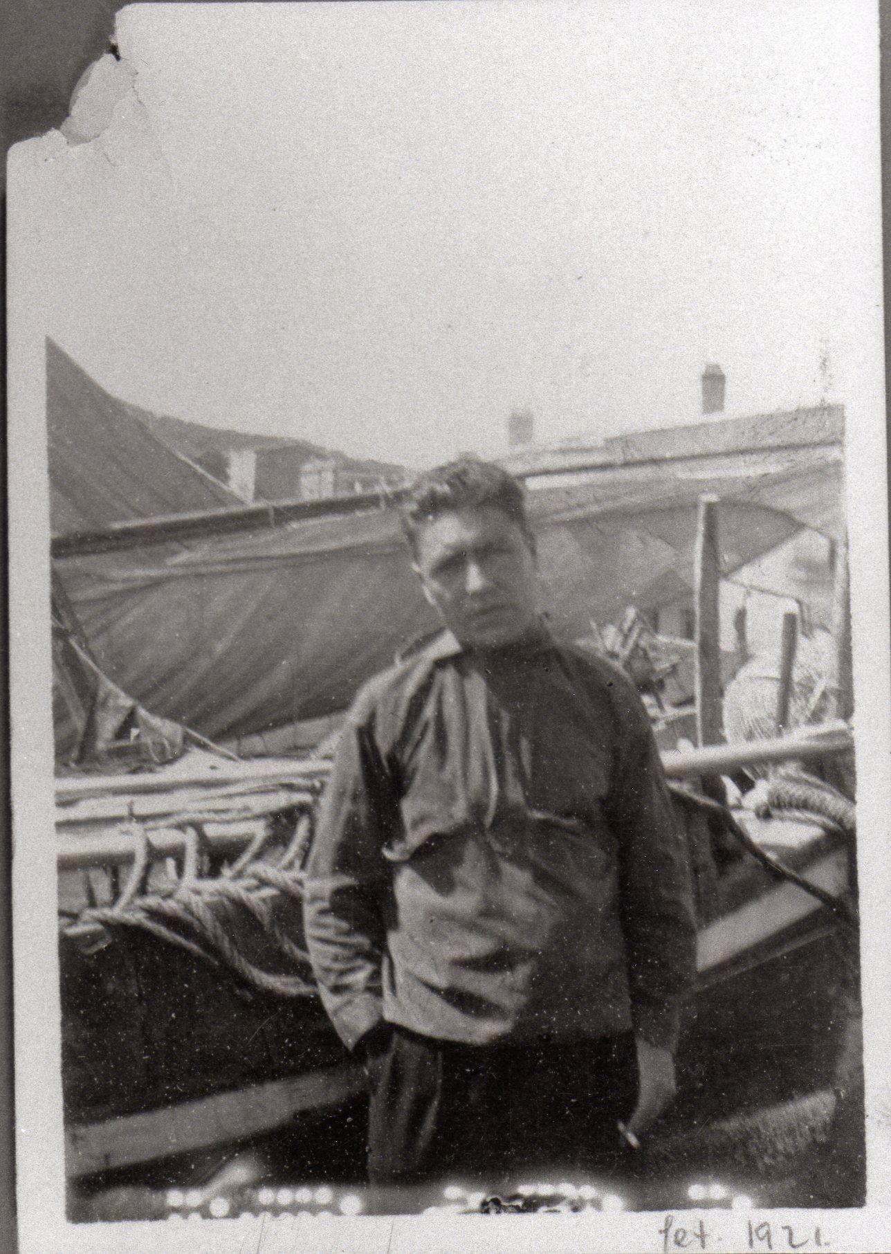 Josep Pla davant unes barques de pesca. Calella de Palafrugell, setembre de 1921. Autor desconegut. Fundació Josep Pla, col. Josep Vergés.