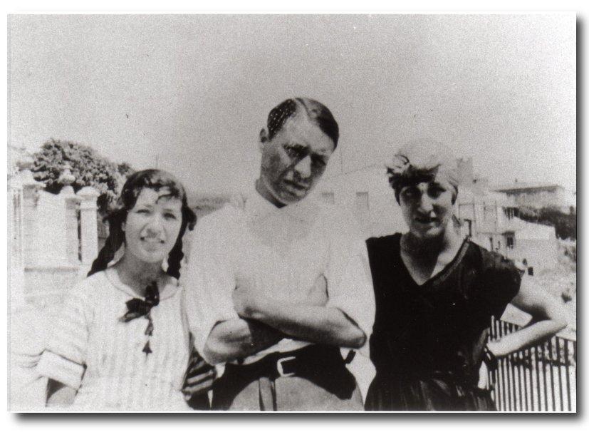 Rosa i Josep Pla amb la mare Maria Casadevall al passeig del Canadell. Calella de Palafrugell, 1922. Autor desconegut. Fundació Josep Pla, col. Josep Vergés.