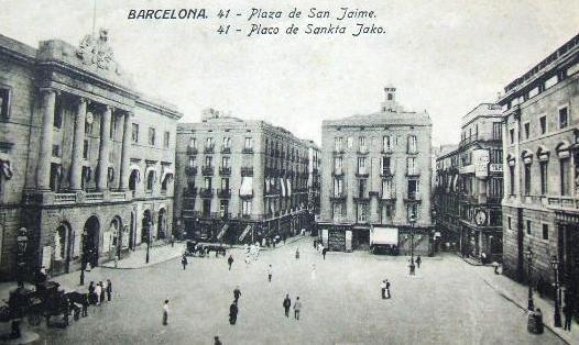 Plaça de Sant Jaume. Al fons, amb la vela blanca, l'únic bar de la plaça